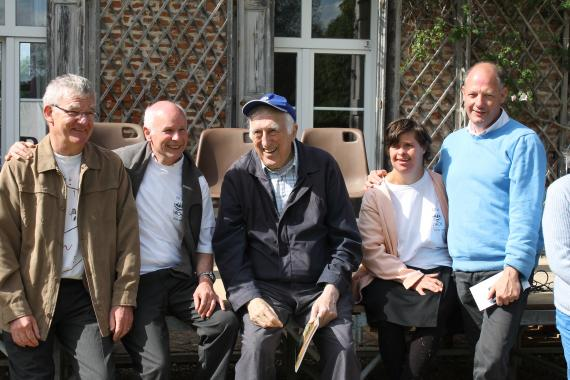 jean vanier en photo de groupe