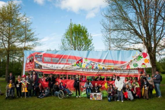 L'Arche à Beauvais devant le Bus Rouge de la Grande Parade des 50 ans, mai 2014