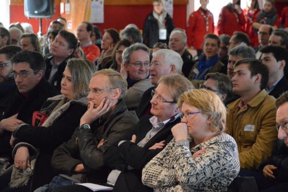 public écoutant attentivement aux EDC régionaux de L'Arche à Trosly