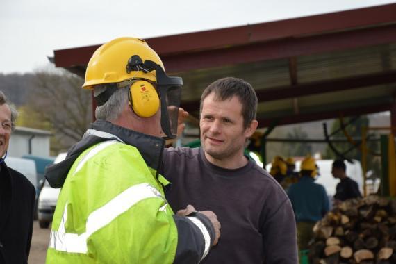 personne de l'arche parlant avec un ouvrier de chantier