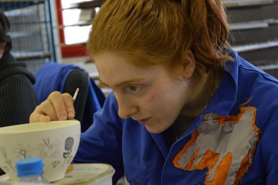 femme travaillant sur un bol atelier poterie