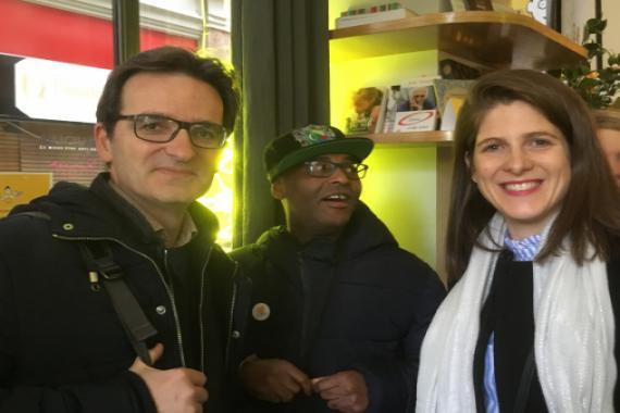 De gauche à droite : Ben de L'Arche à Paris, Abou serveur joyeux de L'Arche à Paris et Marine de L'Arche en France