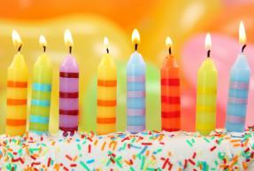 bouges d'anniversaire sur un gâteau