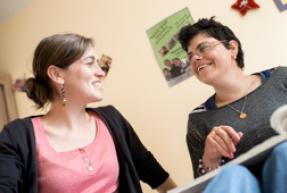 dialogue-personne-handicapée-avec-assistant