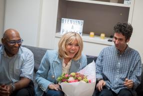 Brigitte Macron entourée d'Abou et Samuel de L'Arche à Paris