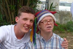 un jeune avec une personne ayant un handicap
