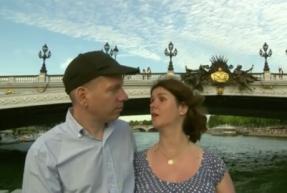 deux personnes handicapées mentales se promènent sur la Seine