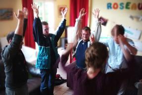 personnes handicapées mentales en cercle de danse
